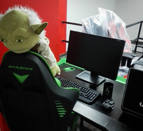 Master-Yoda-cant-get-enough-of-DXRacer-Canada-gaming-chair.jpg